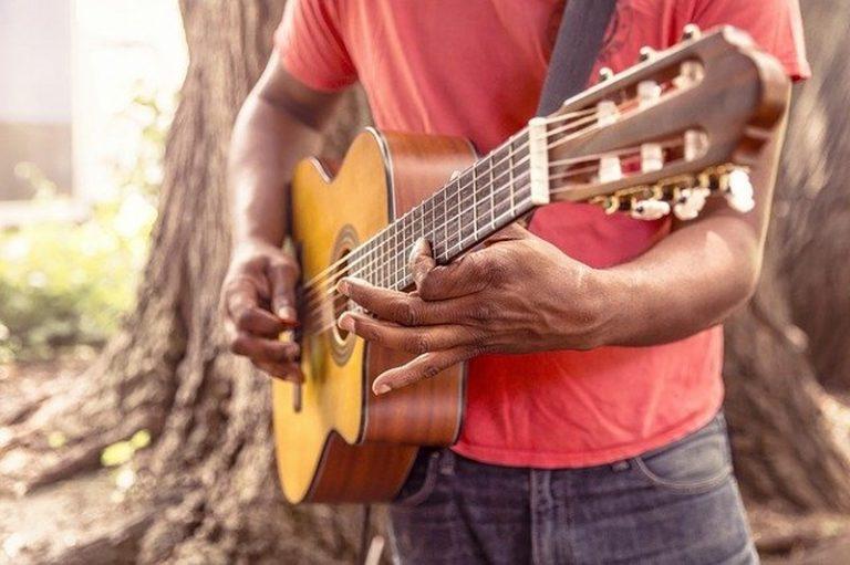 Suonare la chitarra? Consigli utili per iniziare
